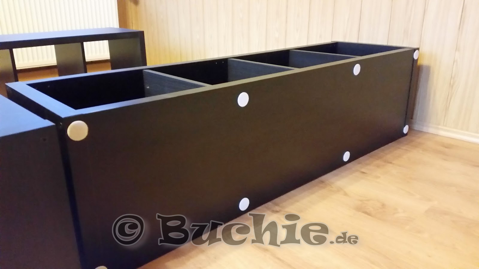 ikea hack so wird aus kallax regalen ein bett. Black Bedroom Furniture Sets. Home Design Ideas